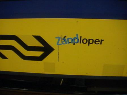 Nee, ik weet niet wie de plakletters op deze trein heeft geplakt, maar ik vond het grappig genoeg om er een foto van te makan