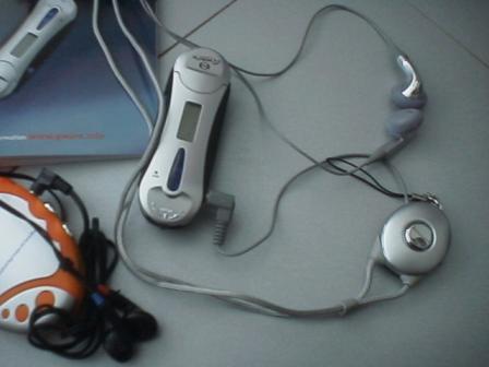 rechts het memorystick-ding, helemaal links het radioding da'k ooit van de Rabobankgroep heb gekregen