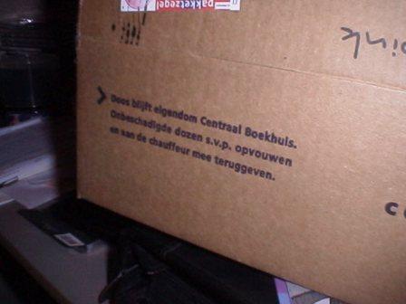 Doos blijft eigendom Centraal Boekhuis. Onbeschadigde dozen s.v.p. opvouwen en aan de chauffeur mee teruggeven.