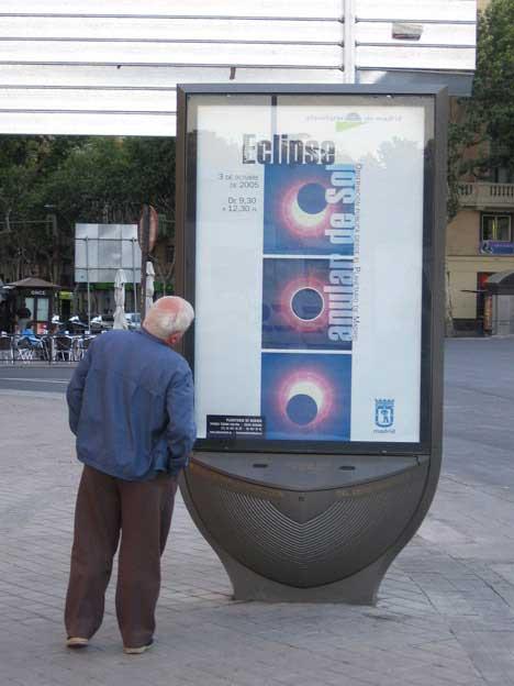 Oud mannetje kijkt naar een abri bij het Atocha-station