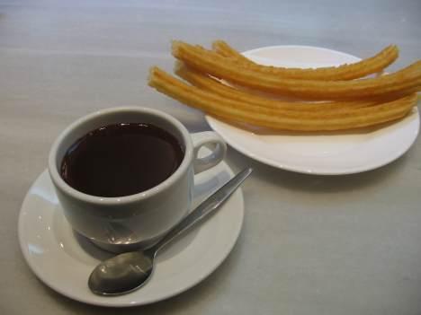een kopje chocolade met churro's